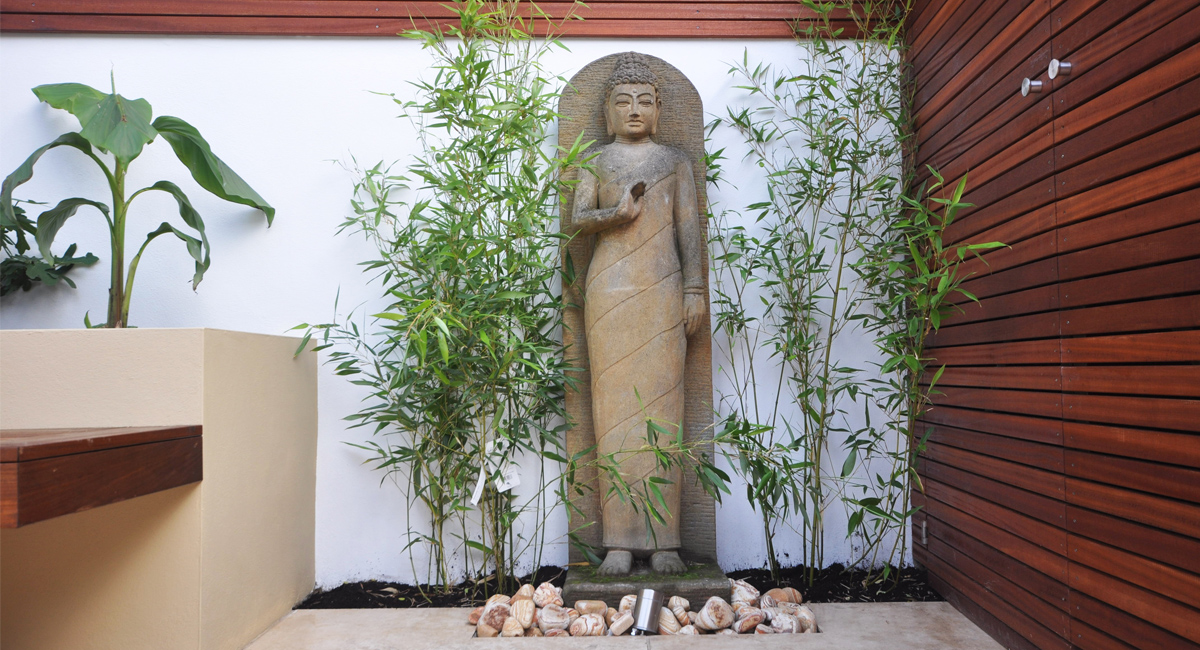 Modern statue creates the perfect ambience in this London garden